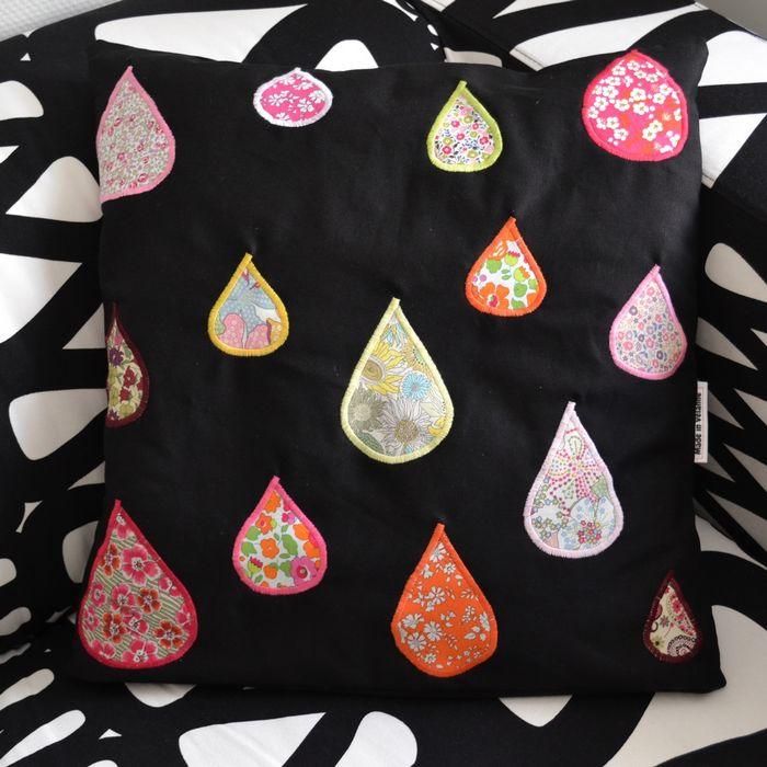 coussin noir et gouttes multicolores en Liberty