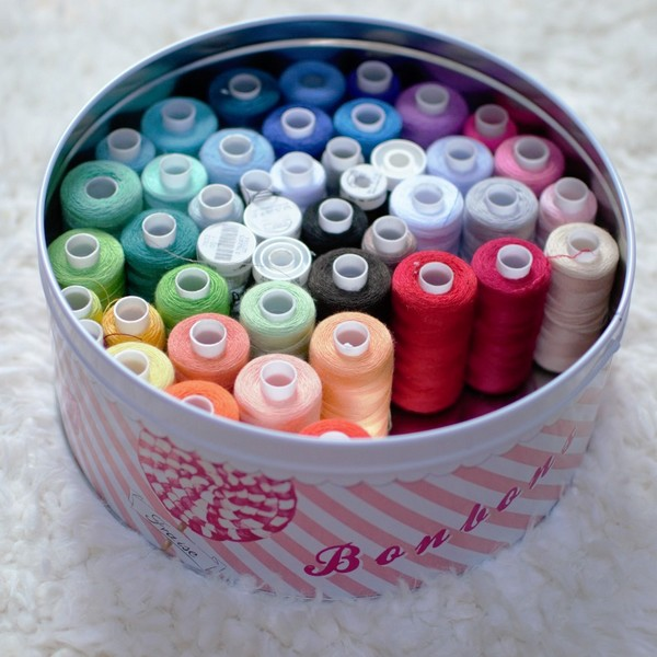 fils de couture multicolores