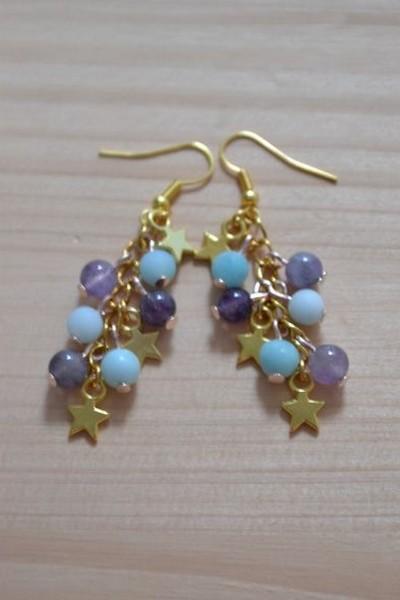 boucles d'oreilles pendantes étoiles dorées et perles bleu ciel et violettes en amazonite et améthyste