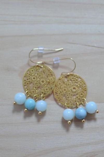 boucles d'oreilles dorées et perles de gemme bleu ciel en amazonite