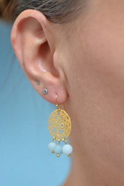 boucles d'oreilles dorées et perles de gemme bleu ciel mat en amazonite portées