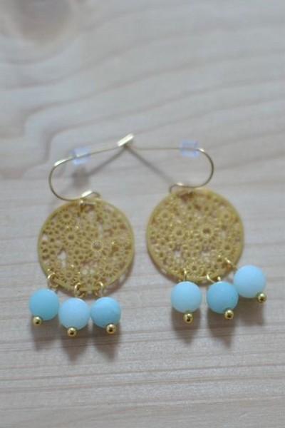 boucles d'oreilles dorées et perles de gemme bleu ciel mat en amazonite