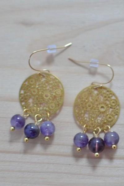 boucles d'oreilles dorées et perles de gemme violettes en améthyste