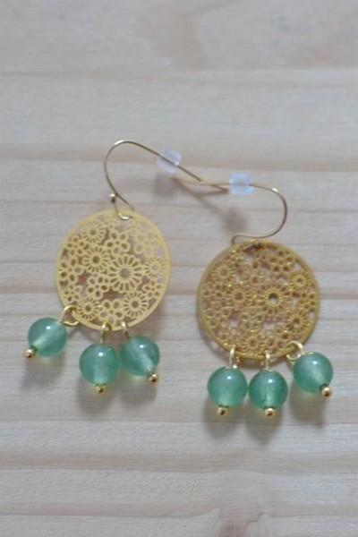 boucles d'oreilles dorées et perles de gemme vertes en aventurine