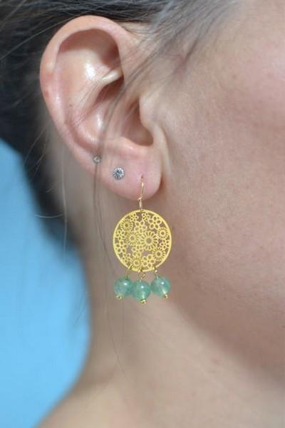 boucles d'oreilles dorées et perles de gemme vertes en aventurine portées