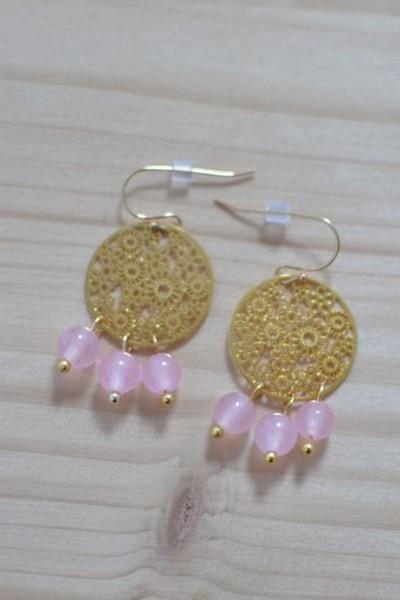 boucles d'oreilles dorées et perles de gemme rose translucides en calcédoine