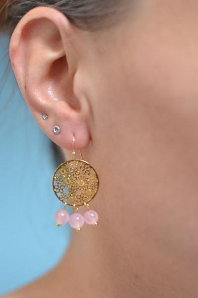 boucles d'oreilles dorées et perles de gemme rose translucides en calcédoine portées