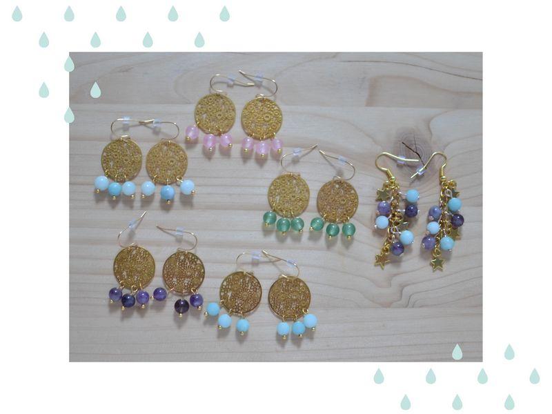 collection de boucles d'oreilles dorées et perles de gemme