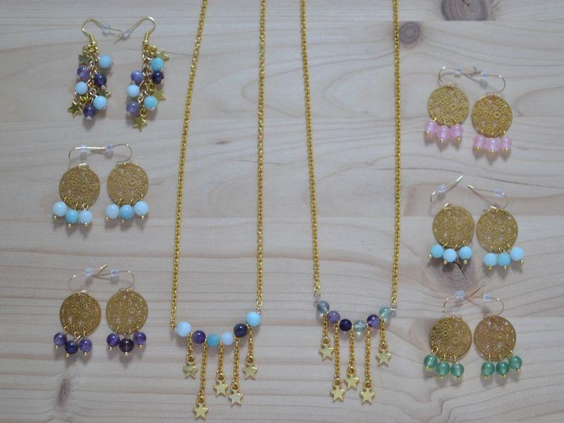 collection de bijoux dorés et perles de gemme
