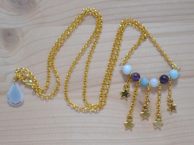 sautoir plastron étoiles filantes doré et perles violettes et bleu ciel en améthyste et amazonite
