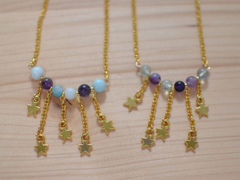 sautoirs plastrons étoiles filantes en métal doré et perles de gemme