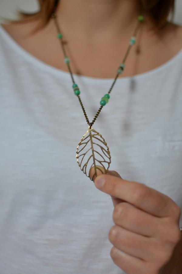 sautoir bronze vieilli feuille ajourée et perles vertes