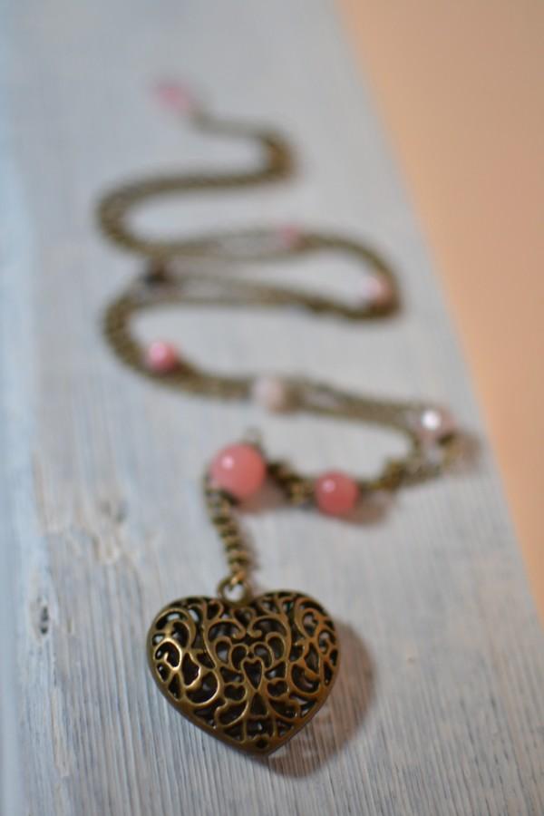 sautoir coeur bronze vieilli et perles blanc saumon