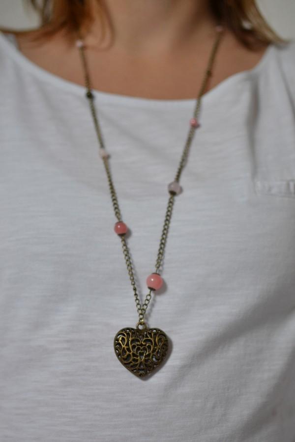 sautoir coeur bronze vieilli et perles blanc saumon porté