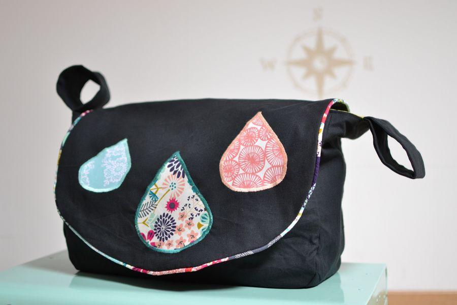 sac pour fauteuil roulant noir et détails colorés